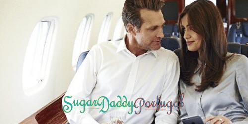 Homem e mulher em avião de luxo