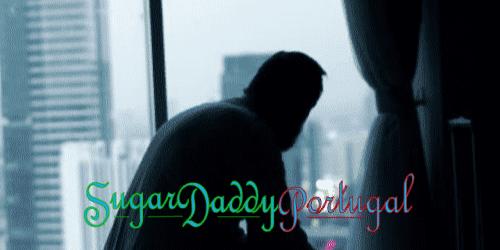 homem solitário, olhando pela janela de um hotel