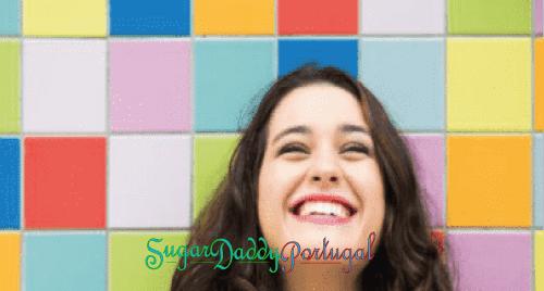 menina bonita sorrindo com logotipo sugardaddyportugal