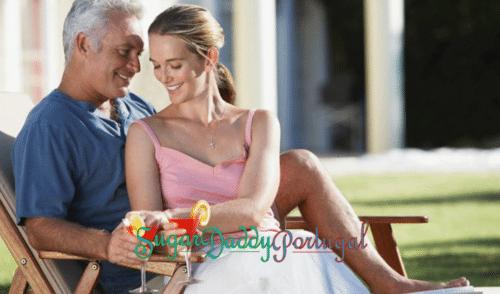 Sugardaddy homem com uma garota sentada tomando um coquetel