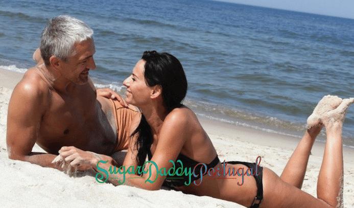 sugardaddy na praia com uma garota bonita