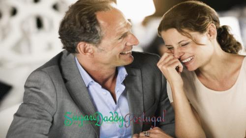 Homem de meia idade com uma garota rindo e se divertindo