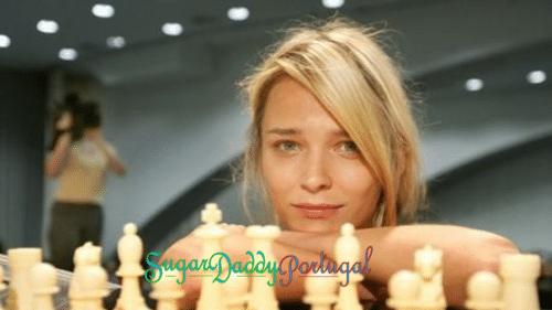 menina bonita jogando xadrez