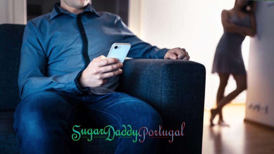 O homem assiste ao celular enquanto sua esposa o observa